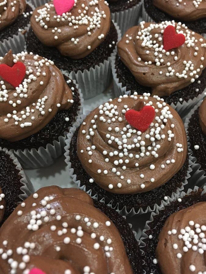 巧克力心脏杯形蛋糕 库存图片