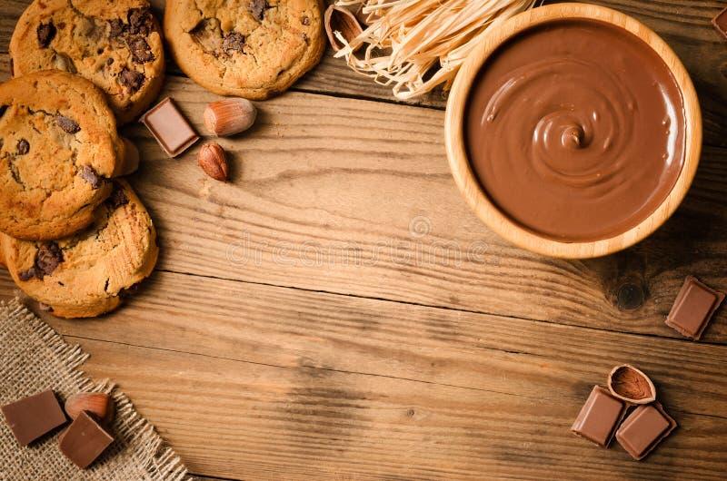 巧克力曲奇饼和成份-顶视图 免版税库存图片