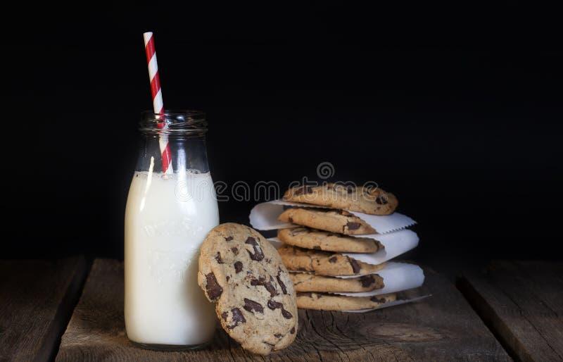 巧克力曲奇饼瓶牛奶 免版税库存图片