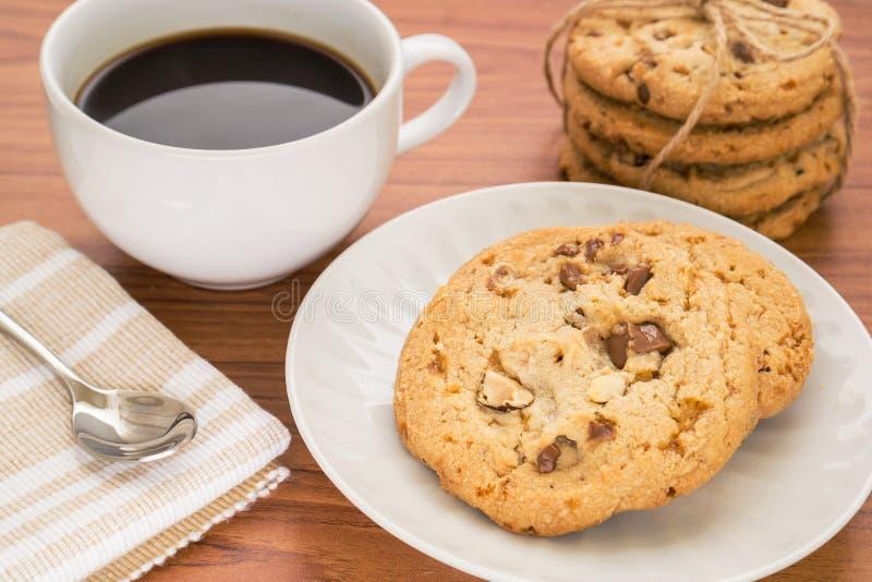 巧克力曲奇饼用杏仁和咖啡杯 免版税图库摄影