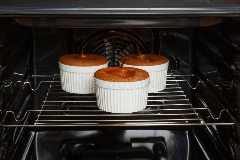 巧克力杏仁点心用梨在烤箱被烘烤 免版税库存照片