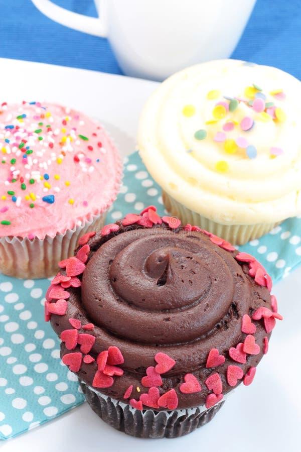 巧克力杯形蛋糕草莓香草 免版税库存照片