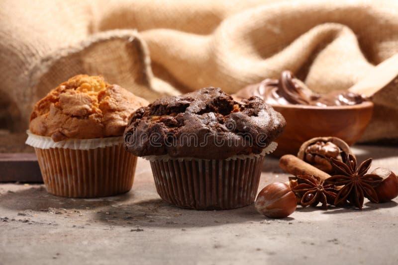 巧克力松饼和坚果松饼,灰色backgro的自创面包店 免版税库存图片