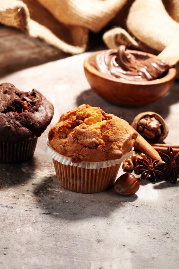 巧克力松饼和坚果松饼,灰色backgro的自创面包店 库存图片