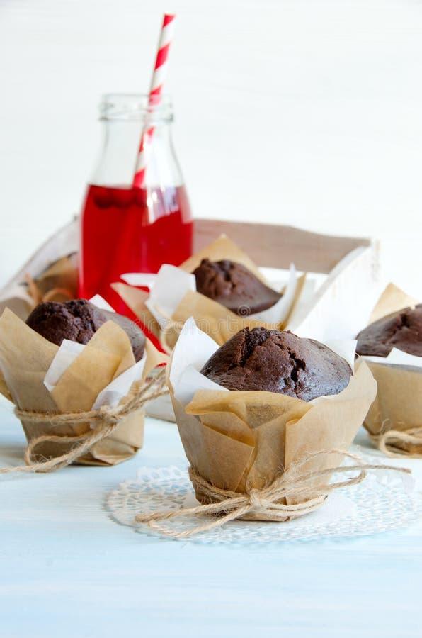 Download 巧克力松饼和蔓越橘汁在瓶 库存照片. 图片 包括有 蔓越桔, 可口, 红色, 秸杆, bothy, 巧克力 - 72359588
