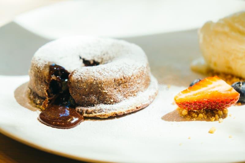 巧克力果仁巧克力与冰淇凌的熔岩蛋糕 免版税库存图片