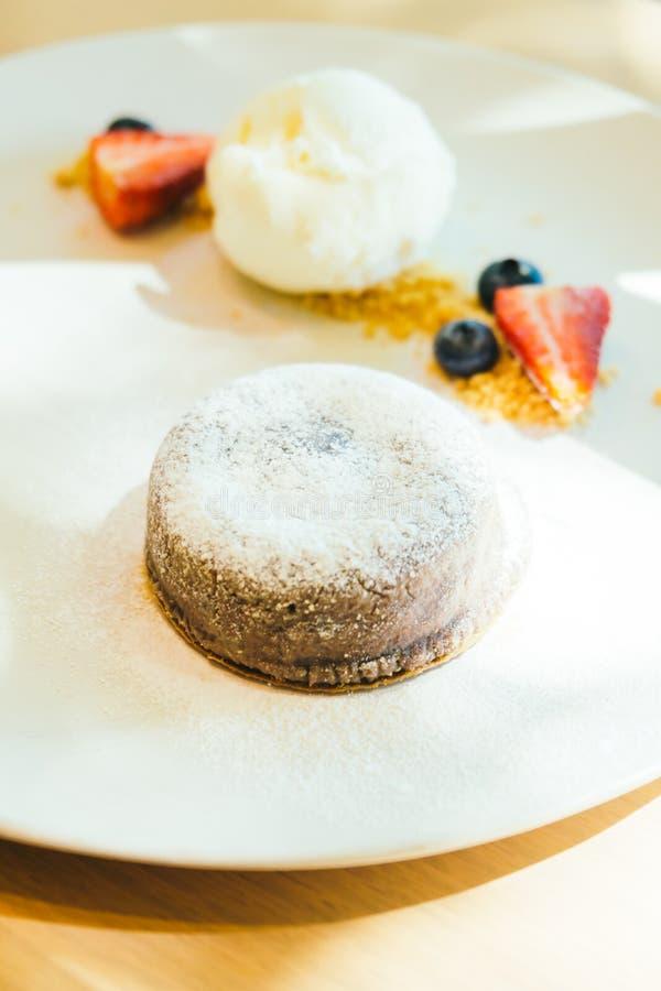 巧克力果仁巧克力与冰淇凌的熔岩蛋糕 图库摄影
