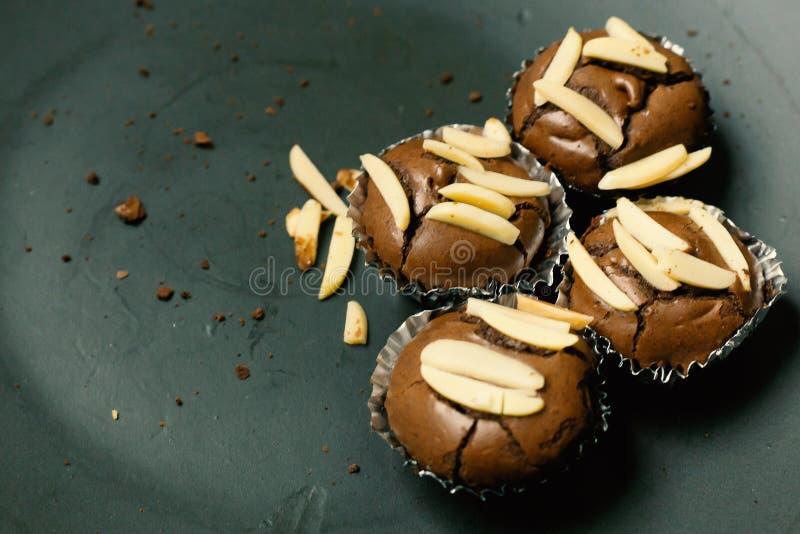 巧克力果仁巧克力杯子蛋糕家做了紧密图象 免版税库存照片