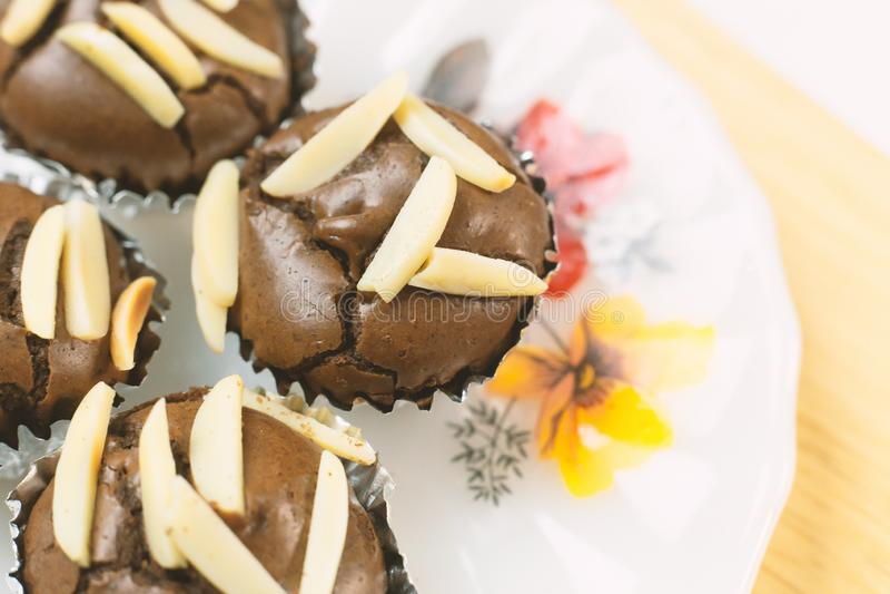 巧克力果仁巧克力杯子蛋糕家做了紧密图象 库存照片