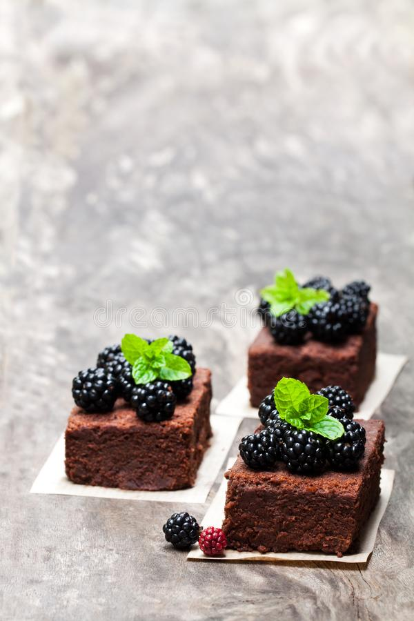 巧克力果仁巧克力片用在木桌上的黑莓 免版税库存照片