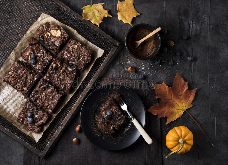 巧克力果仁巧克力莓果黑暗的照片土气顶视图点心自创面包店南瓜 免版税库存图片