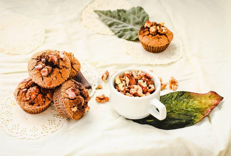 巧克力果仁巧克力松饼用核桃,素食主义者秋天烘烤 免版税库存照片