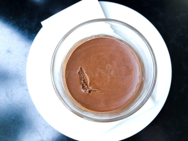 巧克力沫丝淋点心服务与在黑桌上的茶碟 关闭视图 库存图片