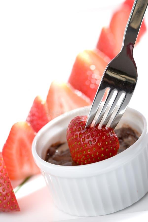 巧克力涮制菜肴草莓 免版税库存照片