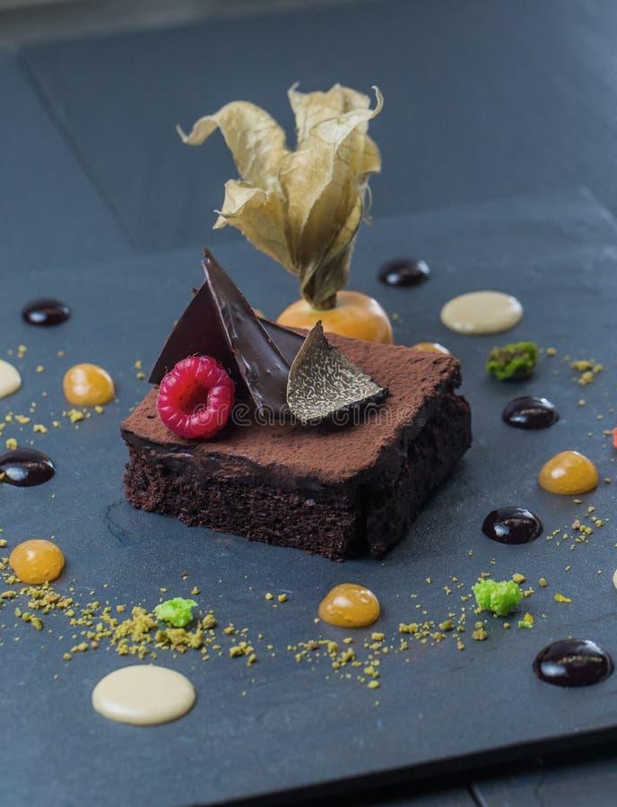 巧克力点心装饰用在黑暗的背景的莓果 免版税库存图片