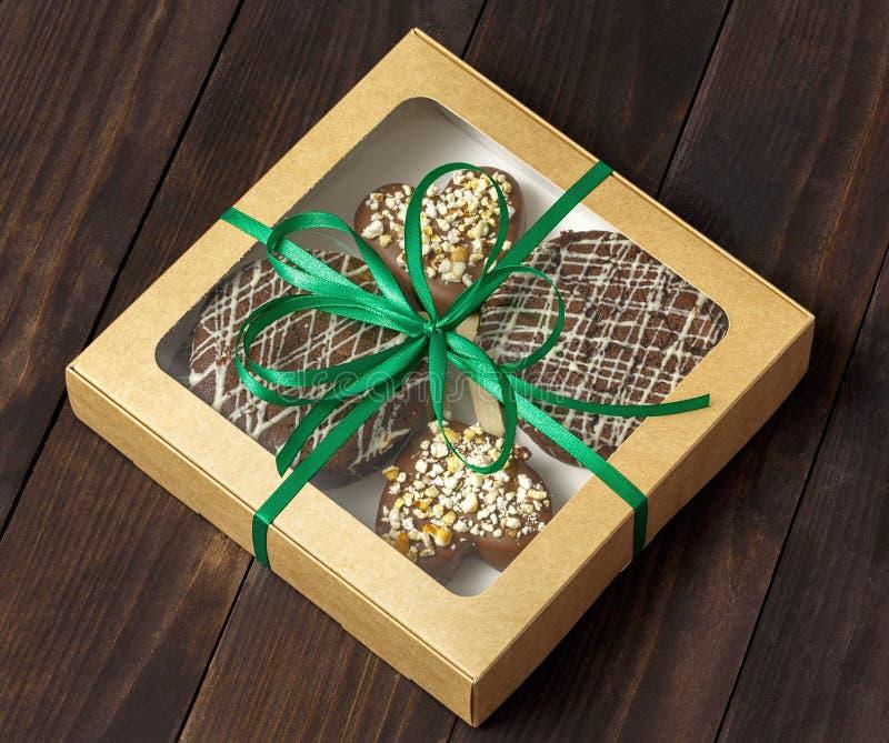 巧克力点心,在箱子的蛋糕 库存照片