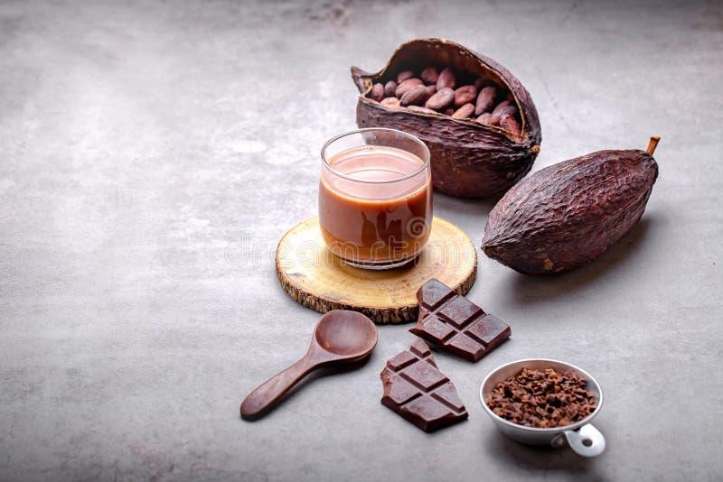 巧克力热饮在玻璃杯子的可可粉饮料 库存图片