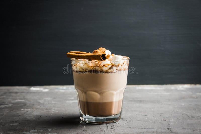 巧克力热饮饮料用蛋白软糖和桂香在古板的玻璃 库存照片