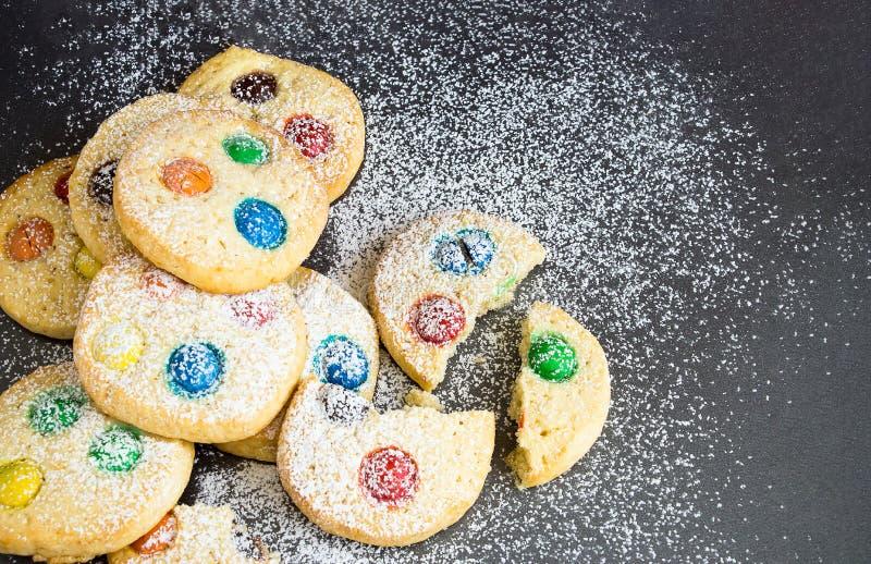 巧克力片和多彩多姿的糖果自创脆饼cooki 免版税库存照片
