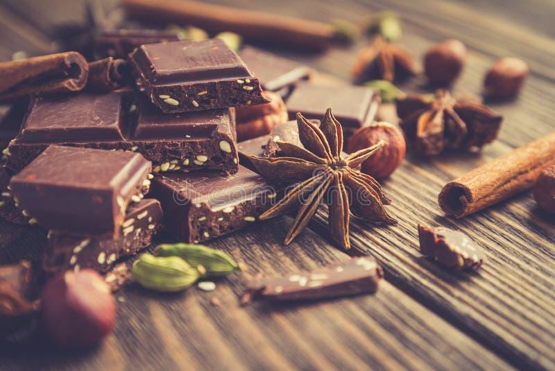 巧克力片用在一张木桌上的芝麻 免版税图库摄影