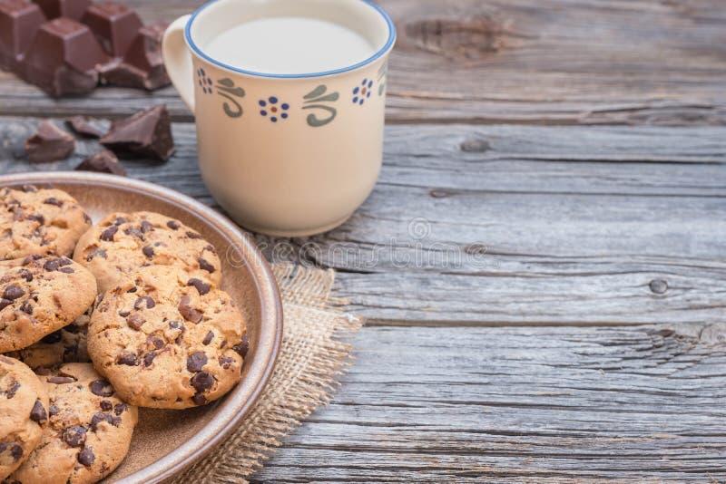 巧克力片coockies用牛奶 免版税图库摄影