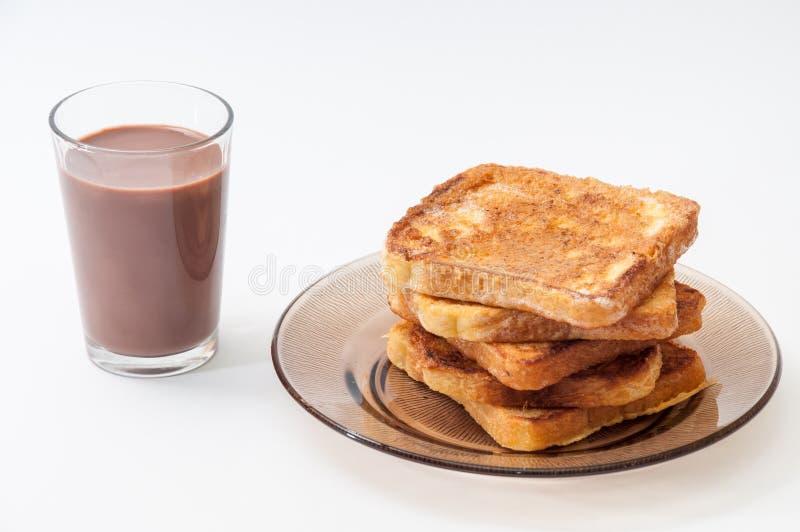巧克力牛奶和法式多士在板材安排了 免版税库存图片