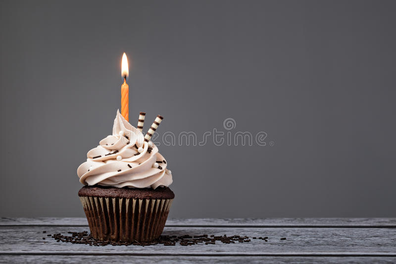 巧克力生日杯形蛋糕 库存照片