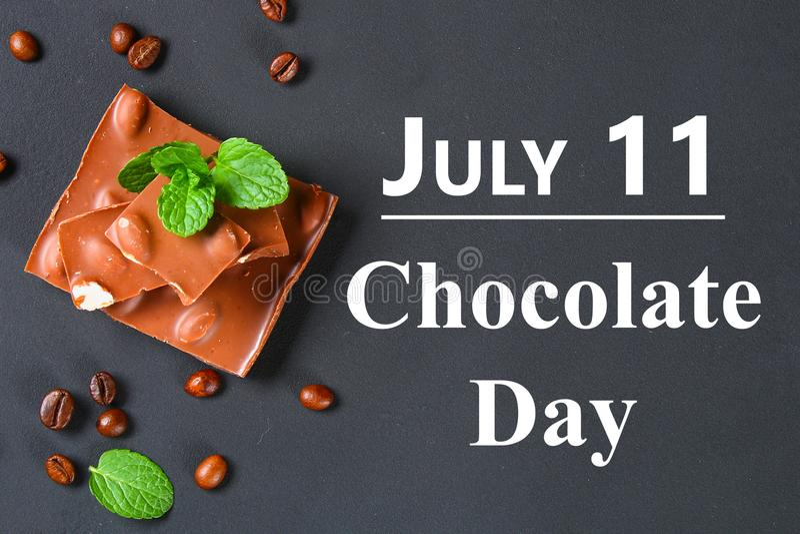 巧克力用在深灰背景的杏仁 7月11日是天巧克力 免版税库存照片