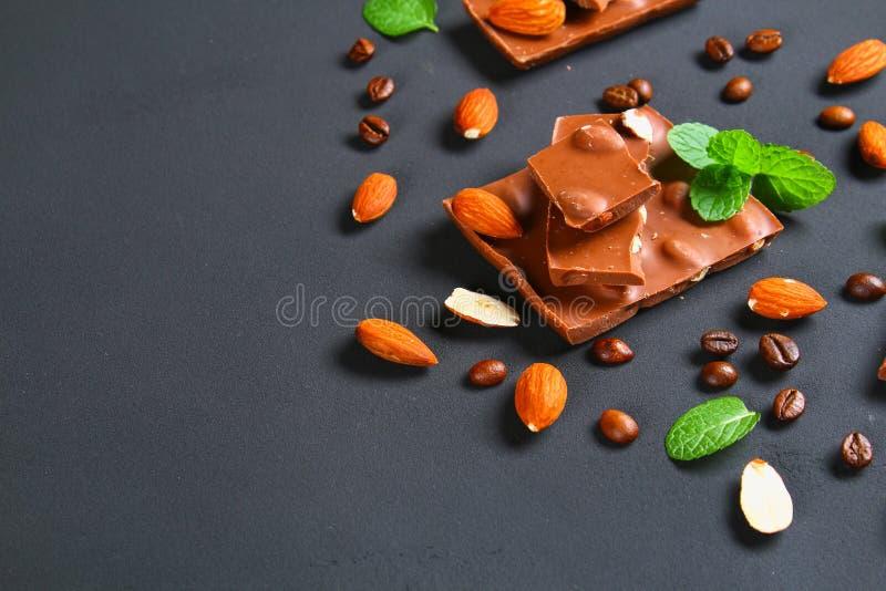 巧克力用在深灰背景的杏仁 图库摄影