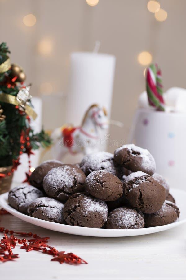 巧克力皱纹曲奇饼烘烤了新鲜洒与搽粉的s 免版税库存图片