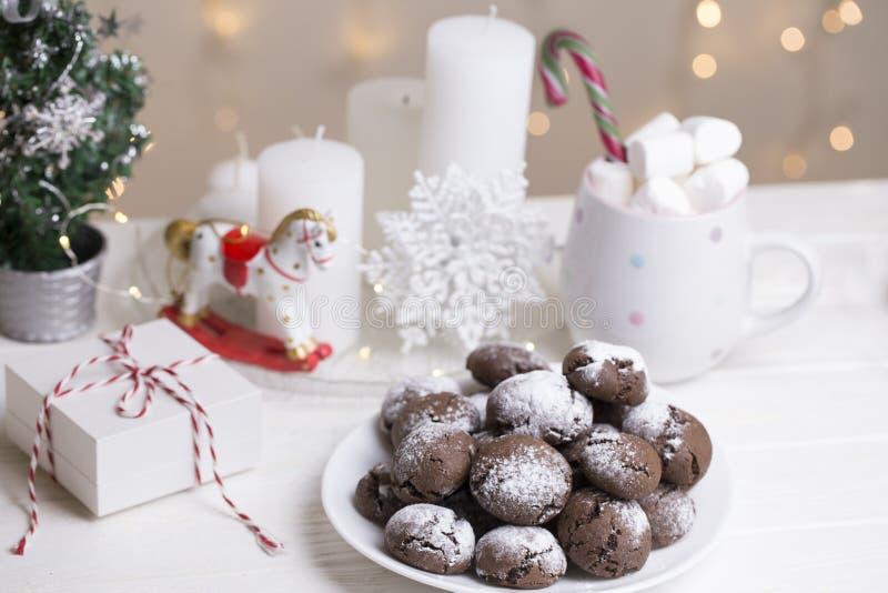 巧克力皱纹曲奇饼烘烤了新鲜洒与搽粉的s 免版税图库摄影