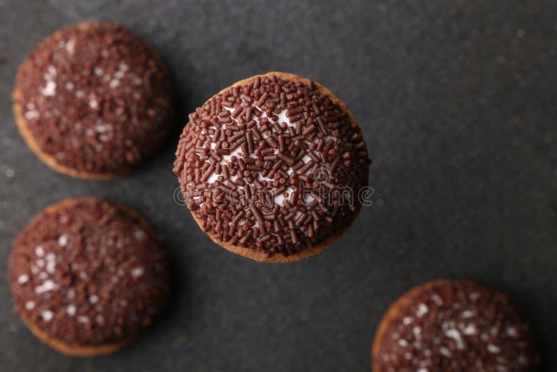 巧克力皱纹曲奇饼 皱纹曲奇饼在圣诞节曲奇饼的巧克力饼干特写镜头在一个黑色的盘子,看法从上面 免版税库存图片