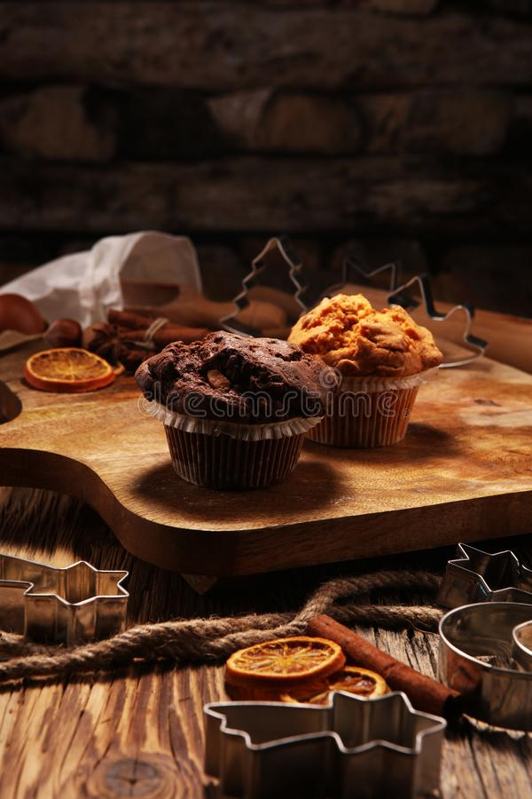 巧克力碎片松饼和坚果松饼,自创面包店木backgrou 免版税库存图片