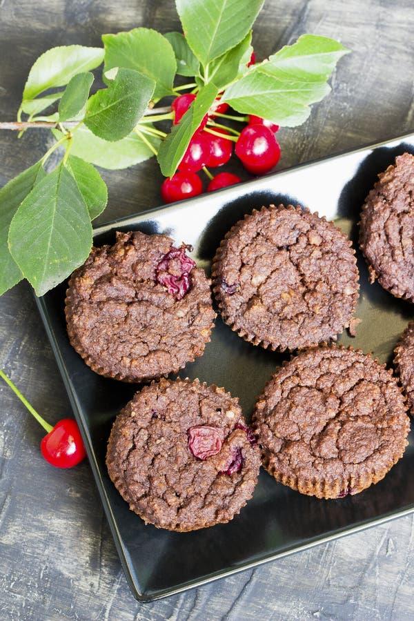 巧克力碎片松饼用樱桃 库存图片