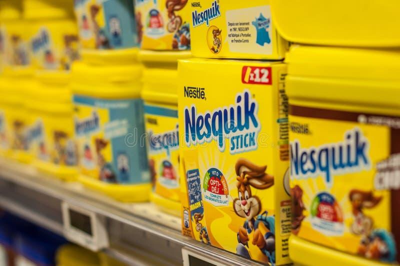 巧克力粉末在黄色箱子的巢品牌在超级U超级市场 库存照片