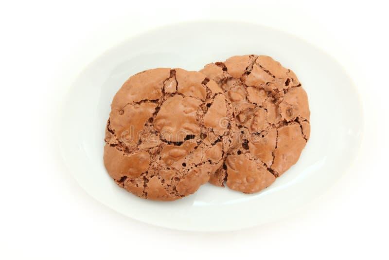 巧克力耐嚼的曲奇饼下来上面视图在板材的 库存照片