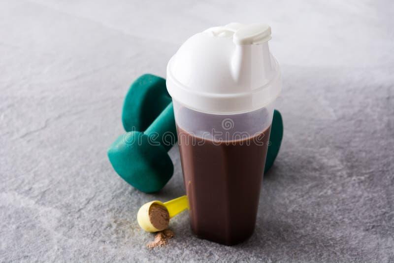 巧克力蛋白质震动和哑铃 库存照片
