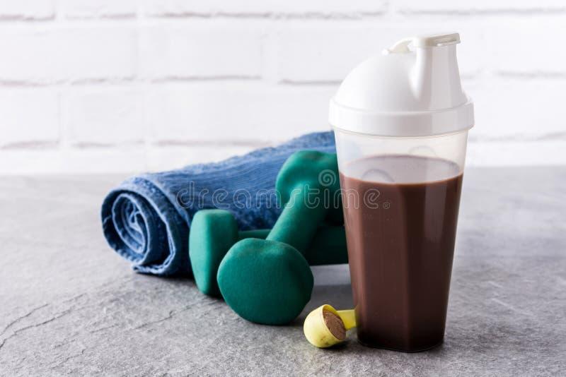 巧克力蛋白质震动和哑铃 库存图片