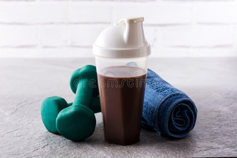 巧克力蛋白质震动和哑铃 图库摄影
