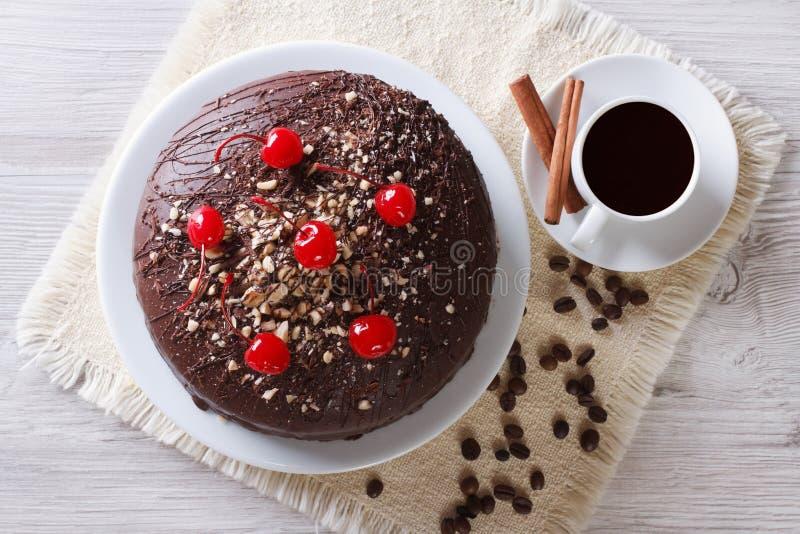 巧克力蛋糕和咖啡水平的顶视图 免版税库存图片