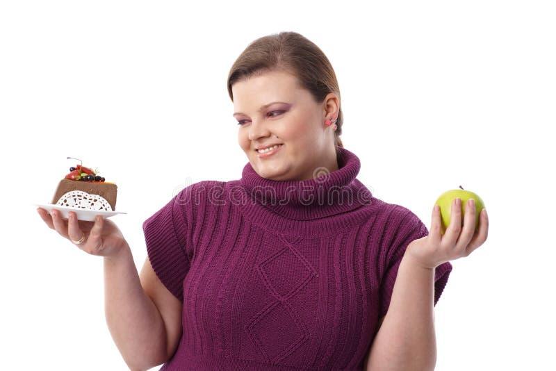 巧克力蛋糕或绿色苹果 库存图片