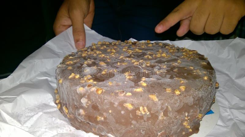 巧克力蛋糕朋友生日聚会 库存照片