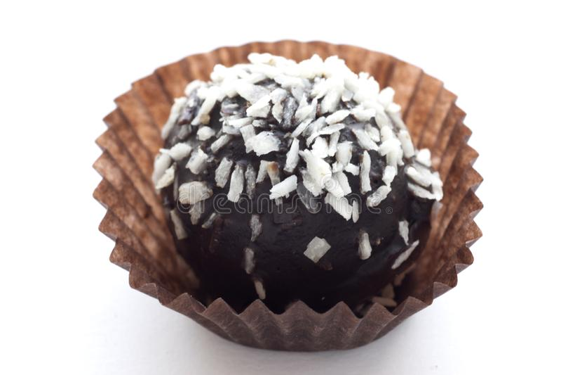 巧克力蛋糕洒与在白色背景隔绝的椰子 库存照片