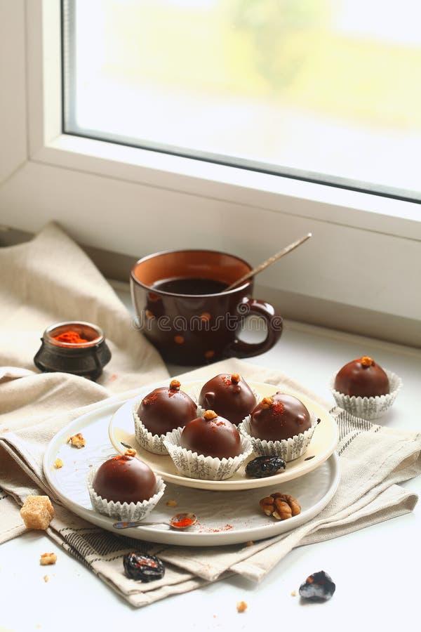 巧克力蛋糕流行用修剪、核桃和熏制的辣椒粉 免版税库存照片