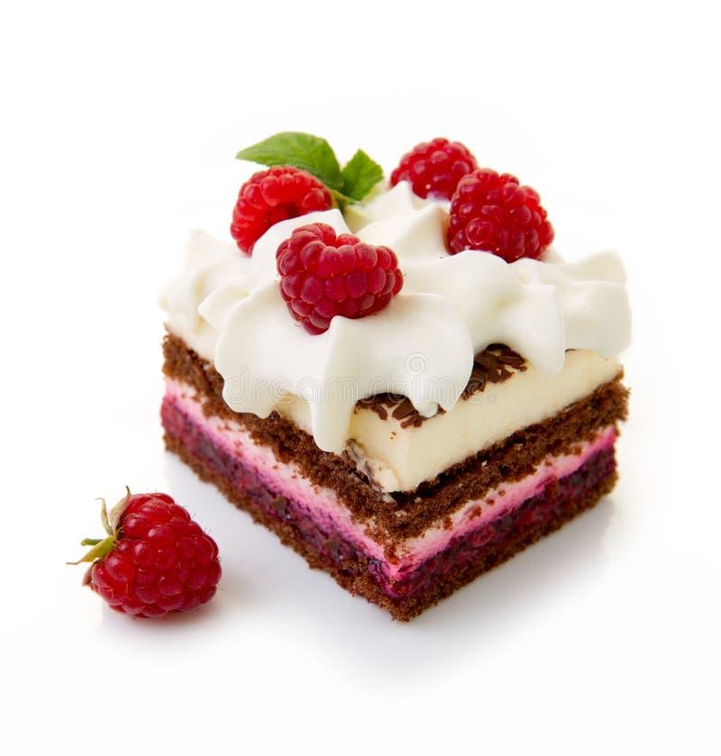 巧克力蛋糕用在白色背景隔绝的新鲜的莓 免版税图库摄影