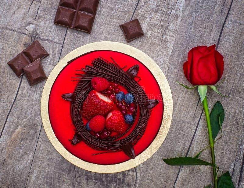 巧克力蛋糕用比利时白色巧克力沫丝淋和莓果混合 库存图片