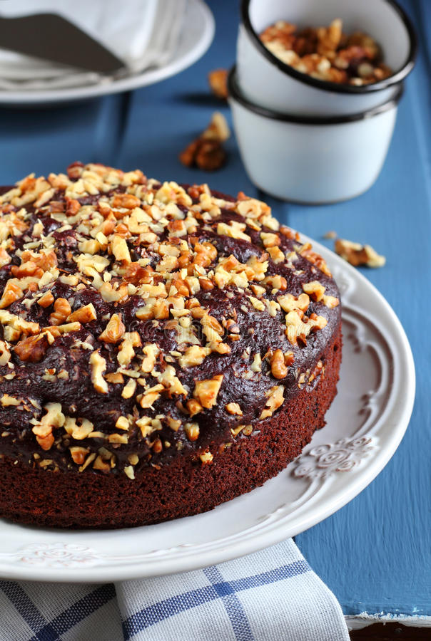 巧克力蛋糕用甜菜根、桔子和核桃 图库摄影