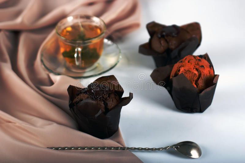 巧克力蛋糕用茶 库存图片