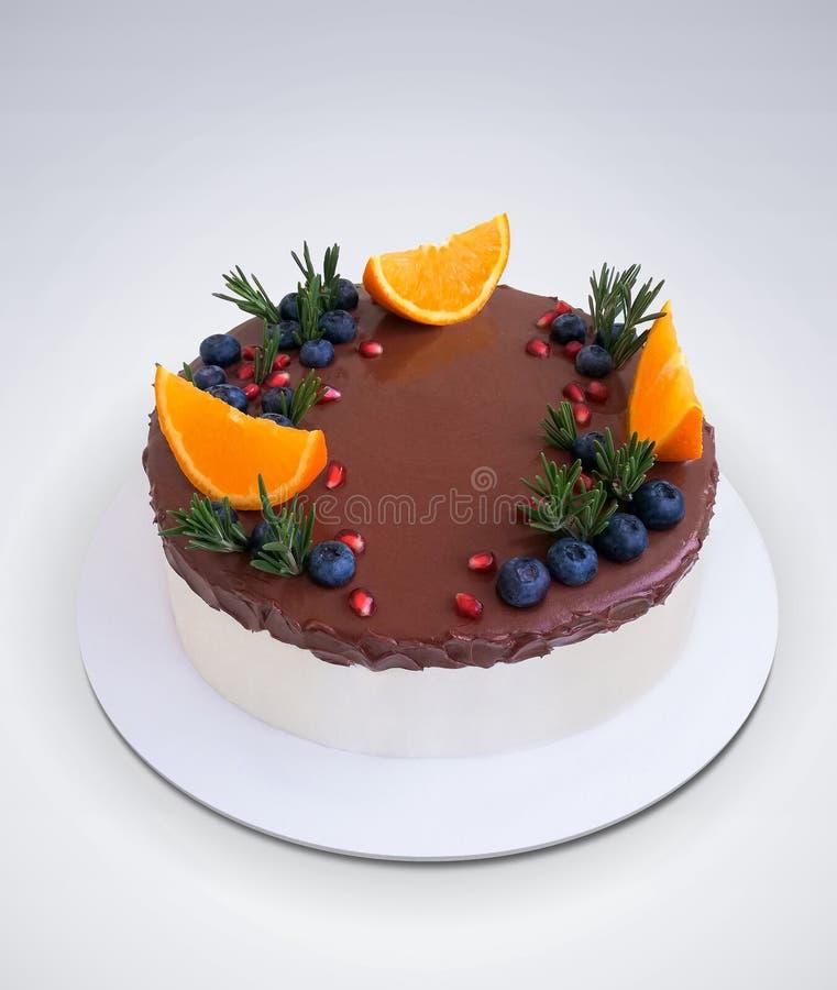 巧克力蛋糕,水果和浆果 库存图片