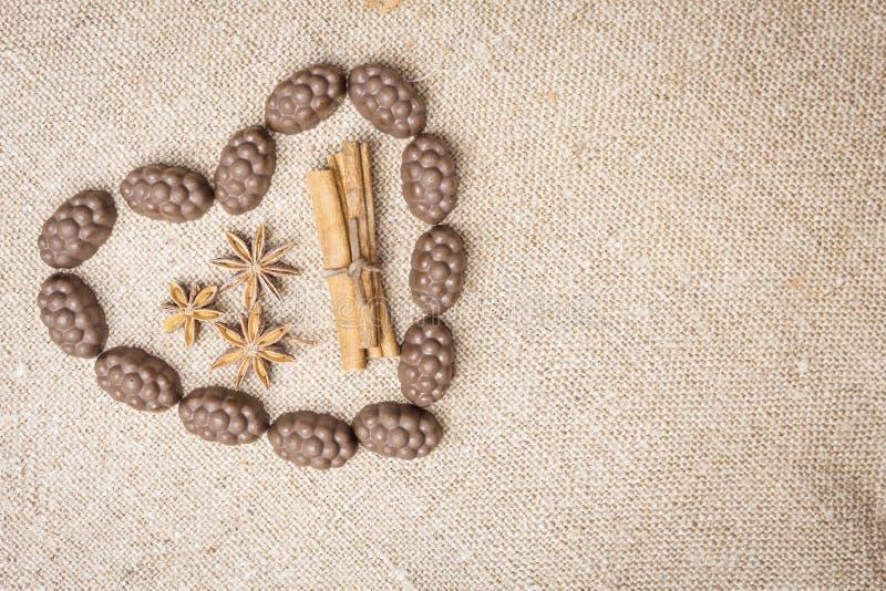 巧克力被计划以在麻袋布的心脏的形式 免版税库存照片